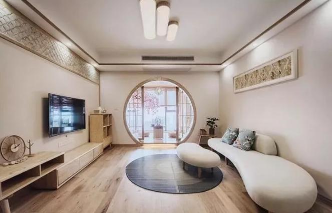 130平米日式风格装修案例,客厅阳台圆拱形门很出彩