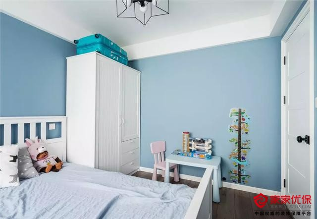 100㎡美式风格装修案例,蓝白色系的休闲复古三居室