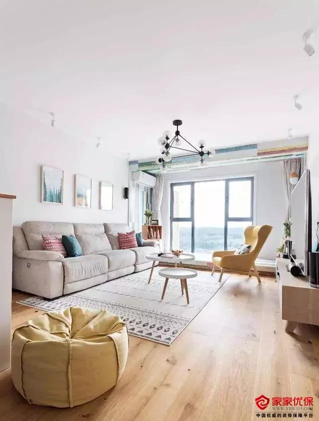 93㎡清新北歐風裝修案例,陽臺的彩色木地板充滿特色