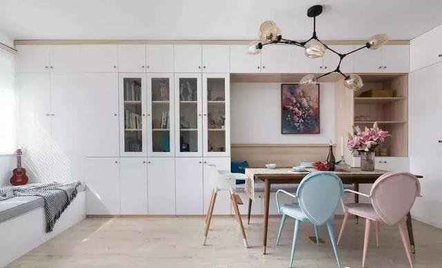 57㎡现代风格两居室装修案例,放弃传统客厅让空间更加宽敞