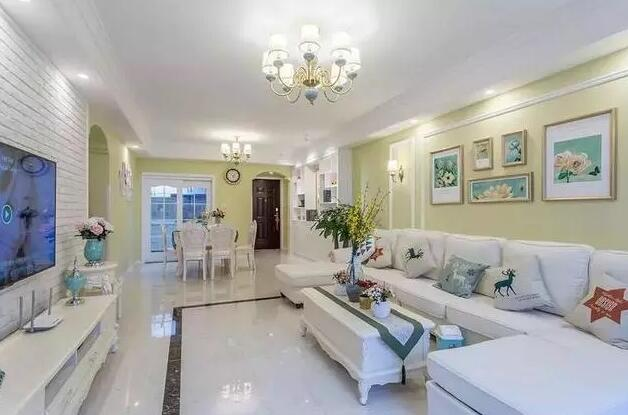 120平米田园风格装修案例,客厅挂画搭配白色文化砖很亮眼